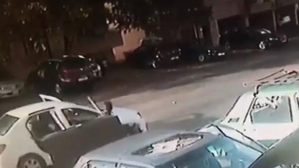 فيديو يظهر مجموعة من السجناء الذين فروا من سجن قصر عدل بعبدا فجر اليوم أثناء سرقتهم سيارة الأجرة التي قضوا بداخلها بسبب اصطدامها بشجرة على طريق عام الحدت