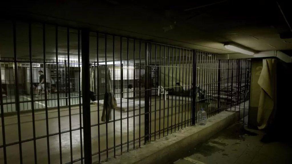 """والدة أحد السجناء الفارين تعيده الى سجن بعبدا: """"كرمال ما يتلاحق او يتقوص"""""""