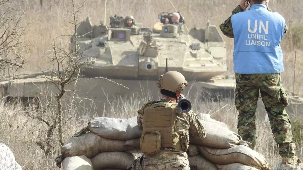 بالفيديو/ جندي لبناني يشهر قذيفة b7 بوجه دبابة إسرائيلية عند الحدود خلال إعداد تقرير اعلامي لقناة اسرائيلية