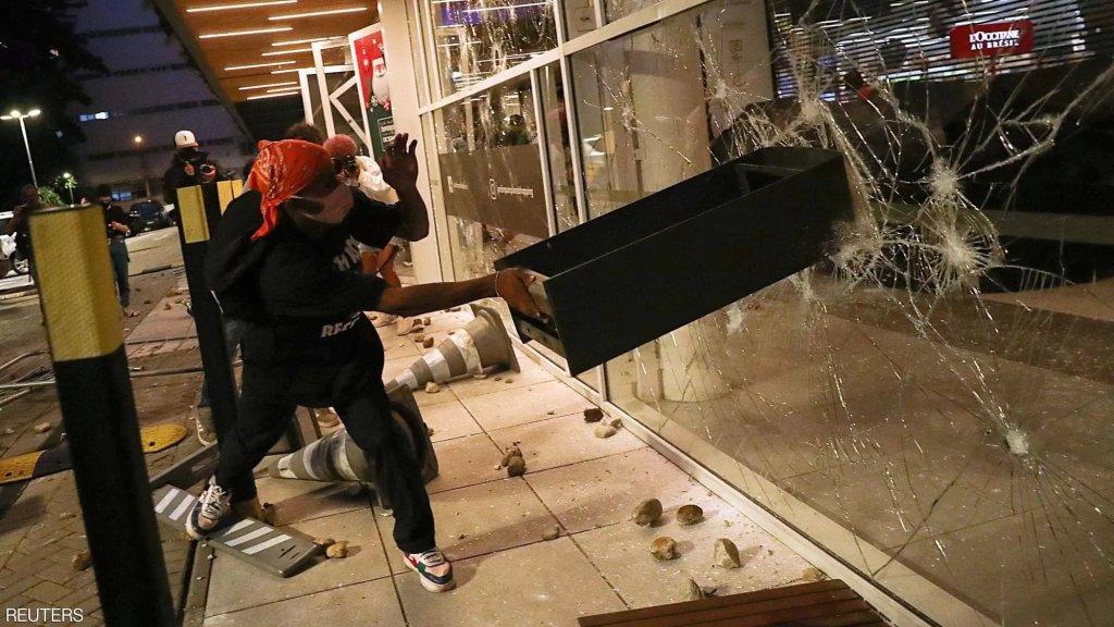 """""""جريمة كارفور"""" تشعل البرازيل غضباً..حراس أمن المتجر ضربوا رجلاً من ذوي البشرة السمراء حتى الموت"""