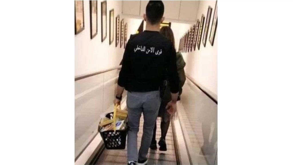 """المحامي حسن بزي ينشر صورة لعنصر في قوى الأمن الداخلي يحمل سلة المشتريات لزوجة ضابط: """"ضبوا الخدم ولبسوهن ثياب المؤسسة لأن في نقص بالمخافر وحراسة السجون"""""""