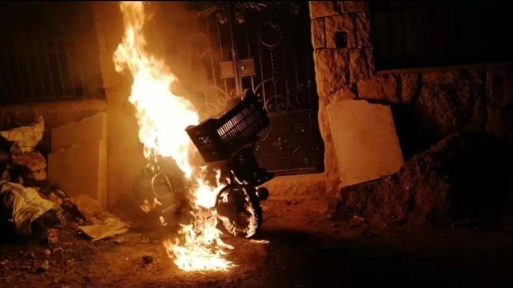 بالفيديو/ توتر في بشري عقب جريمة قتل شاب من آل طوق على يد شاب سوري الجنسية ومواطنون يقومون بإحراق منازل يقيم فيها السوريّون ويطردونهم من المنطقة
