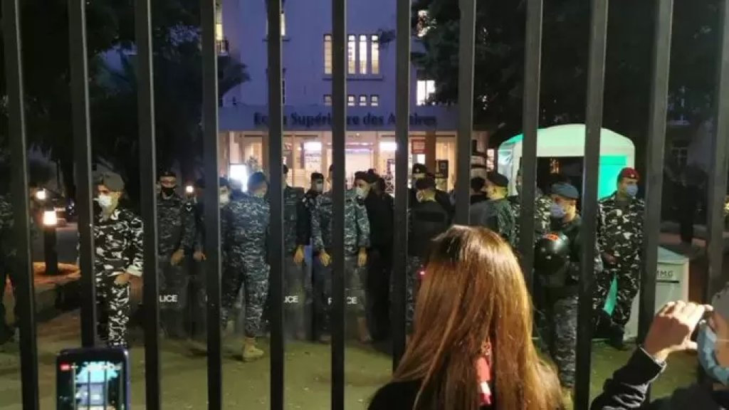 محتجون يحاصرون حاكم مصرف لبنان رياض سلامة والوزير السابق محمد شقير في مبنى ESA في كليمنصو