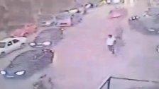 فيديو قاسٍ من بلدة الزرارية مساء اليوم.. سيارة تصدم امرأة تحمل طفلاً أثناء عبورها الشارع ونجاتهما بأعجوبة