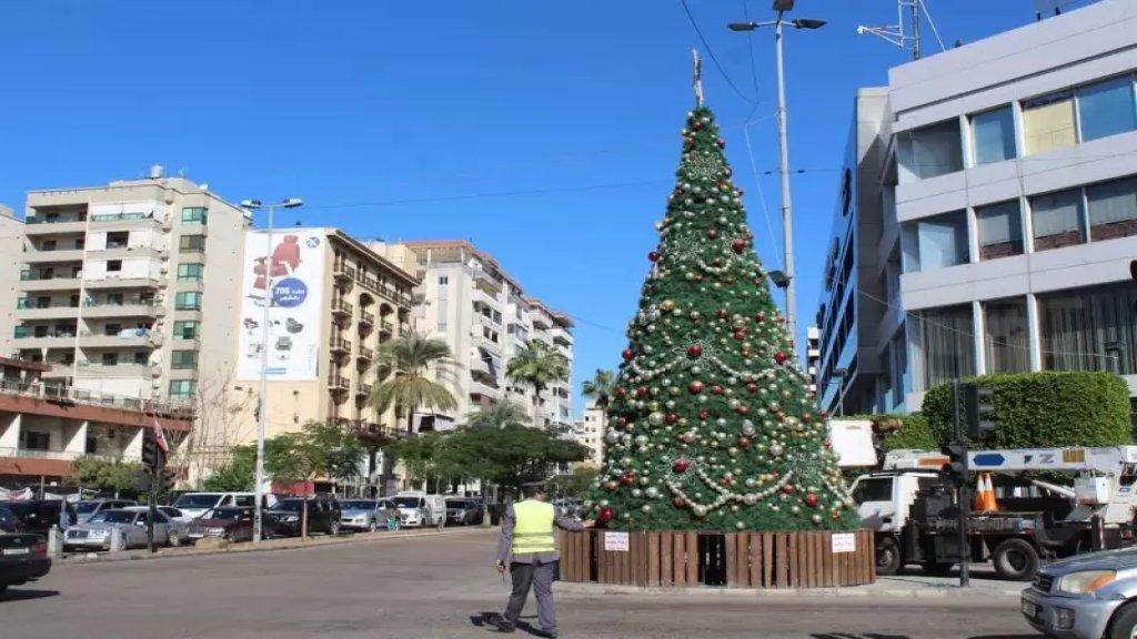مع إقتراب حلول عيدي الميلاد ورأس السنة... صيدا رفعت شجرة الميلاد وسط المدينة عند تقاطع إيليا