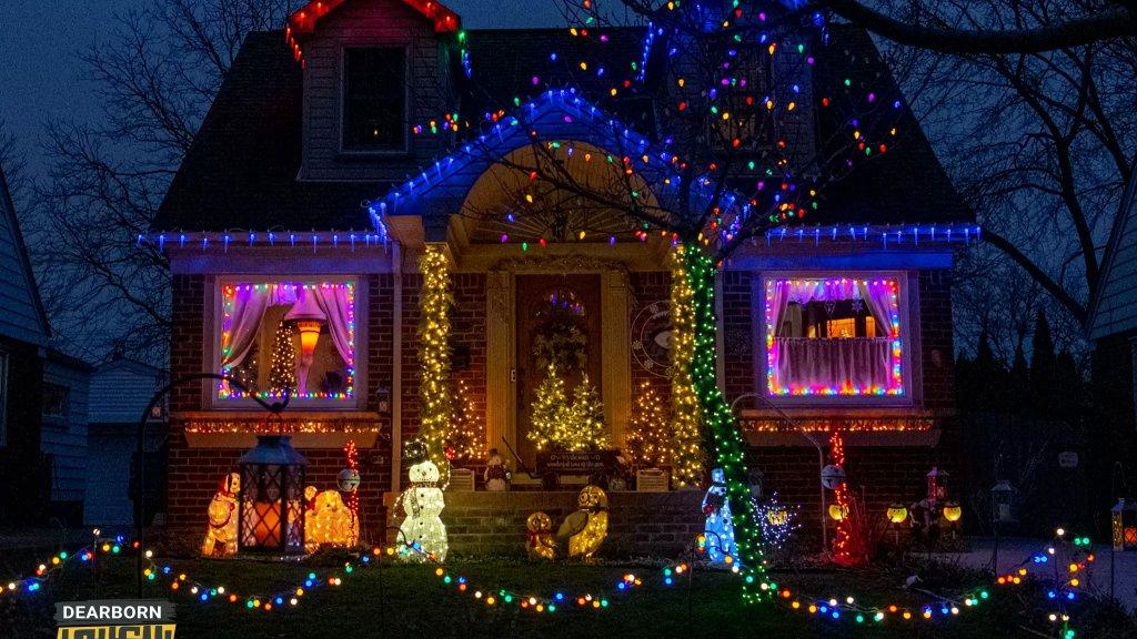 بالصور / بيوت الميلاد في ديربورن.. لوحات دافئة مطرزة بالأضواء والزينة المتوهجة