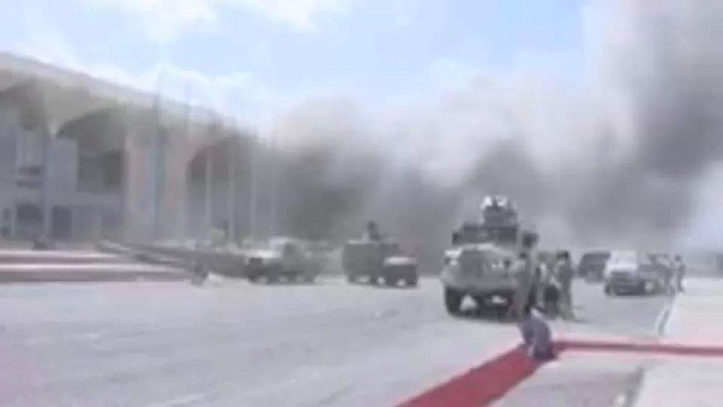 بالفيديو/ لحظة حصول الانفجار في مطار عدن بالتزامن مع وصول الحكومة اليمنية الجديدة إليه