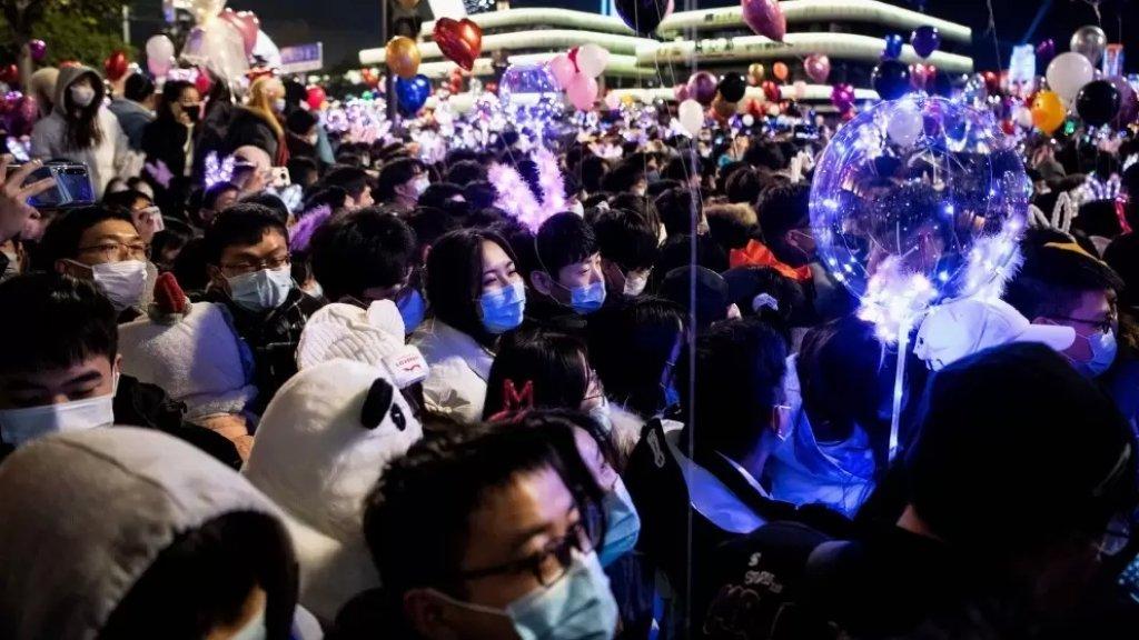 بالصور/ ووهان الصينية تحتفل برأس السنة بشكل طبيعي ولكن بالكمامات
