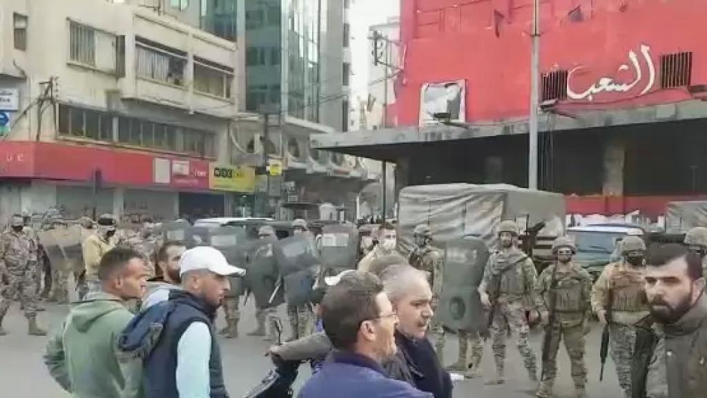 إنتشار كثيف للجيش في محيط ساحة عبد الحميد كرامي في طرابلس وسط الاحتجاجات على توقيف أحد الناشطين