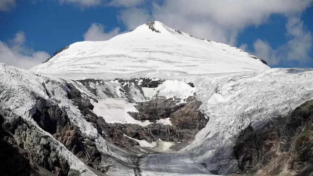 أراد مفاجأتها بطلب يدها للزواج فوق الجبل.. سقوط فتاة من ارتفاع 650 قدما فور موافقتها على الزواج!