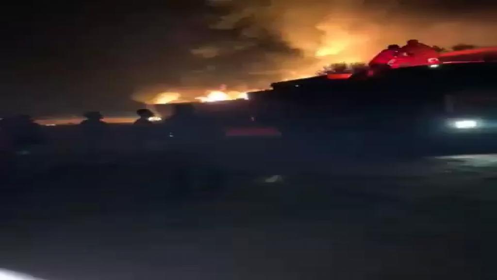 بالفيديو/   الدفاع المدني يعمل على إخماد الحريق في مستودع الغاز في بلدة القصر الحدودي