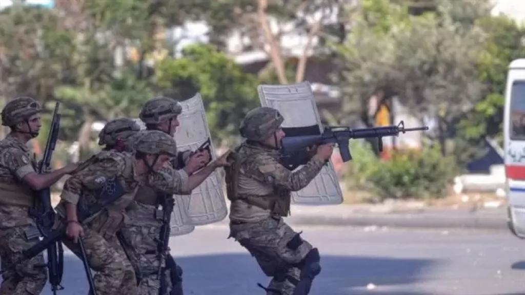 الجيش نفذ مداهمات لمنازل مطلوبين في بريتال وضبط كمية من المخدرات والأسلحة وأموالا مزورة... ويعمل على تسيير دوريات وإقامة حواجز متنقلة