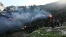 إندلاع حريق بين قبعيت وبزال والنار تتوسع رقعتها بشكل سريع...وأعيق السير على الطريق الرئيسية بسبب أعمدة الدخان الأسود