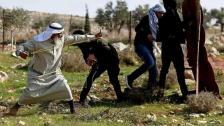 بالفيديو/ مسن فلسطيني يشعل مواقع التواصل...سبعيني يواجه قوات الإحتلال المدججة بالسلاح من خلال إلقاء الحجارة!