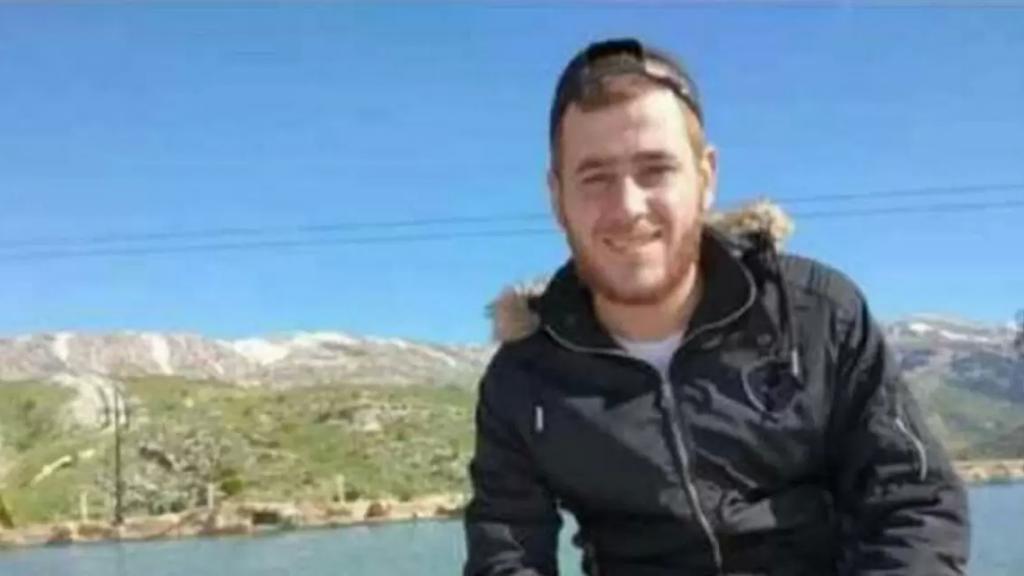 عثر عليه جثة مضرّجة بالدماء إلى جانب الطريق.. تلقى عدة طعنات بالسكين من قبل مجهول في البداوي