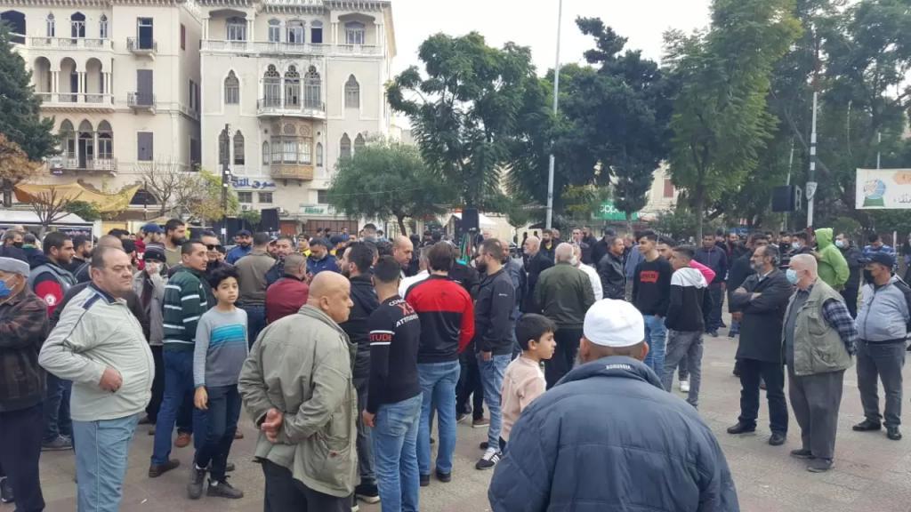 """بدء التجمّعات وسط ساحة التل في طرابلس للإنطلاق بمسيرة في شوارع المدينة تحت عنوان """"طفح الكيل استقيلوا"""""""