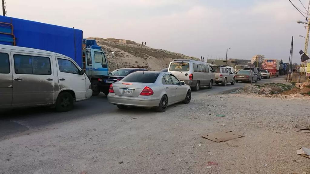 أصحاب شاحنات قطعوا طريق بعلبك حمص الدولية على خلفية إجراءات أمنية للجيش لمنع التهريب
