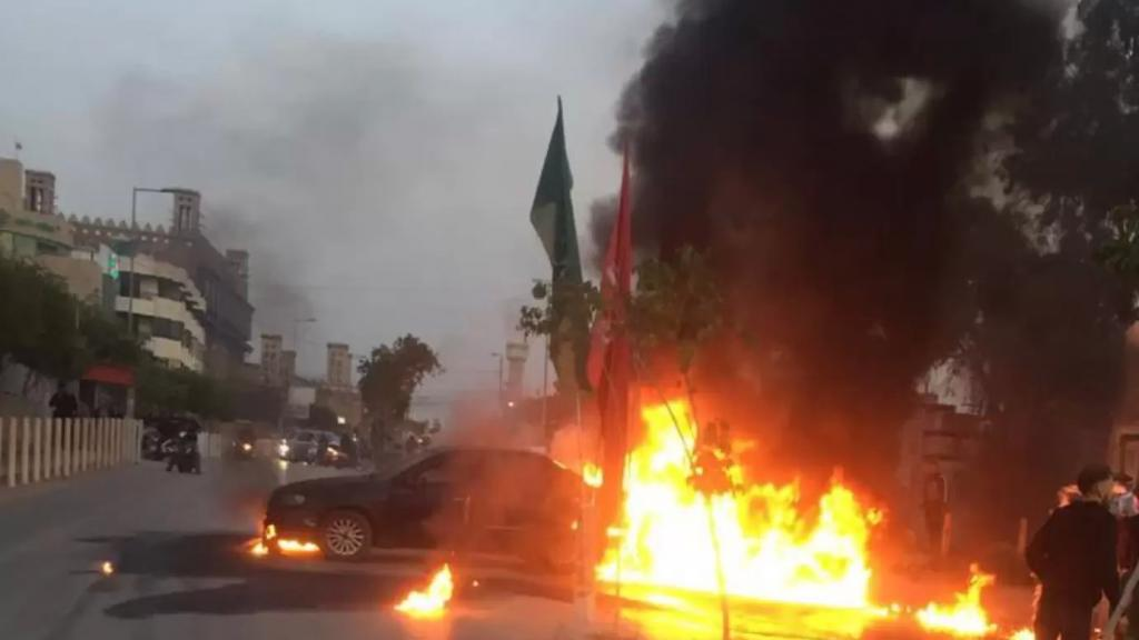 بالفيديو/ سائق تاكسي مريض بالكلى أضرم النار بسيارته على طريق المطار بسبب تردي الأوضاع الاقتصادية