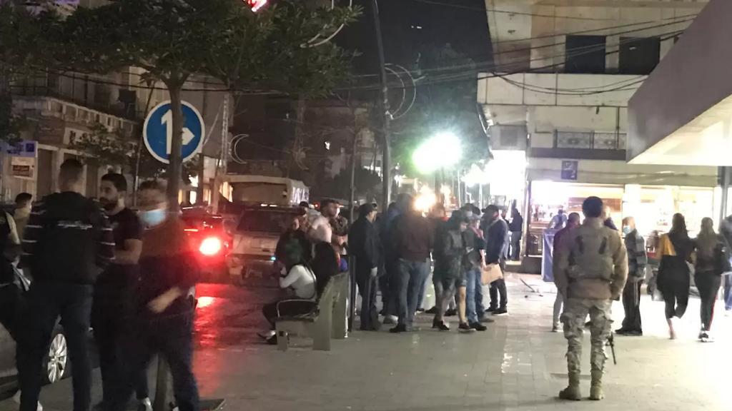"""محتجون تجمعوا في شارع المصارف في صيدا """"احتجاجا على الارتفاع الجنوني بسعر صرف الدولار وتردي الاوضاع الاقتصادية والمعيشية"""""""