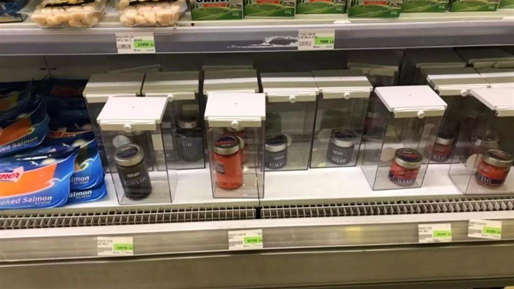 صورة من داخل سوبرماركت.. عمدوا  إلى تغطية أنواع من الجبنة والكافيار بعلب بلاستيكية محكمة الإقفال بعد سرقات متتالية