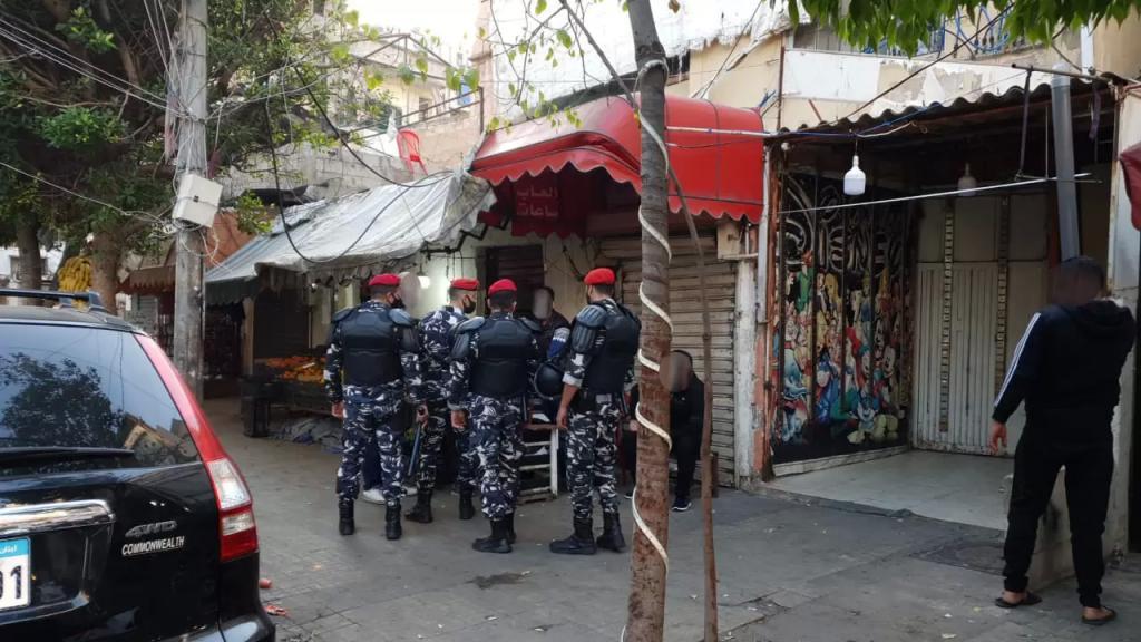 بالصور/ انتشار لقوى الأمن في سوق صبرا و تسطير محاضر ضبط بحق مخالفي قرار الإقفال العام