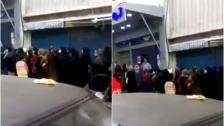 بالفيديو/ زحمة خانقة أمام السوبرماركت قبل الإقفال التام.. الناس بالطوابير!
