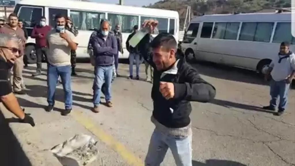 بالفيديو/ أحد السائقين العموميين حاول إحراق نفسه بسبب الأوضاع الاقتصادية الصعبة