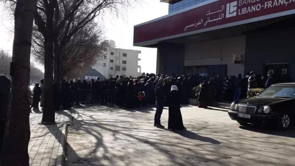 صورة متداولة.. طابور أمام البنك في زحلة!