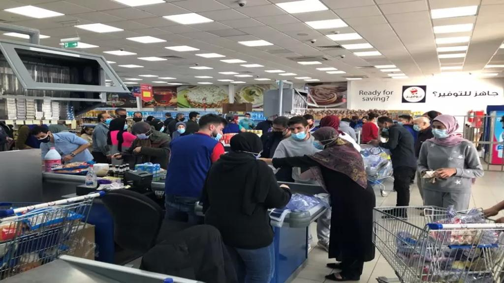 قبل ساعات من الإقفال العام....إقبال كثيف على محال بيع المواد الغذائية وطوابير من المواطنين أمام الأفران في صيدا وصور