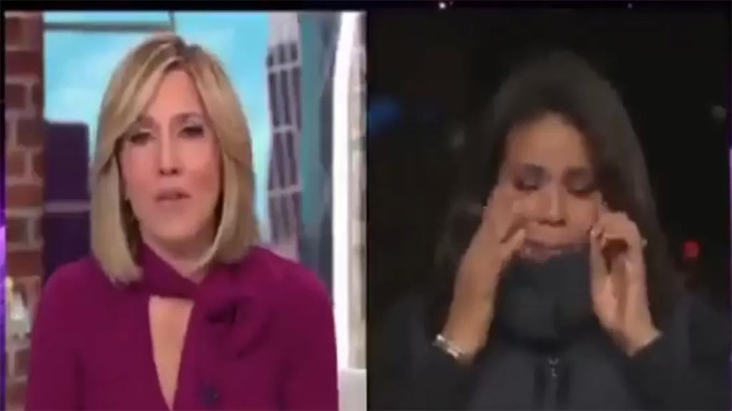 """بالفيديو/ مراسلة الـ """"سي ان ان"""" تنهار بالبكاء خلال تقديم تقرير عن ضحايا كورونا..عائلة أجبرت على إقامة جنازة في ساحة موقف للسيارات"""