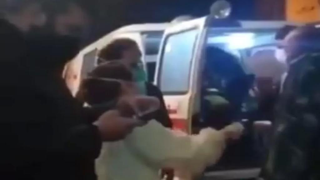 """فيديو متداول لممرضة من أمام طوارئ إحدى المستشفيات: """"بالعربي المشبرح المريض شلتو عن مكنة تنفس كرمال حطها على مريض أصغر منو..ما عندي مكنة تنفس"""""""