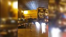 بالفيديو/ حادث سير مروع.. شاحنة تجتاح عدداً من السيارات داخل نفق المطار بعد انزلاقها