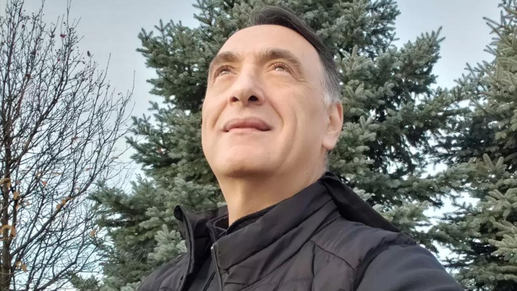 """بالفيديو / الأب طوني الخولي يتلو """"سورة الفاتحة"""" على طريقته ثم يطل بفيديو آخر بعد انزعاج البعض!"""