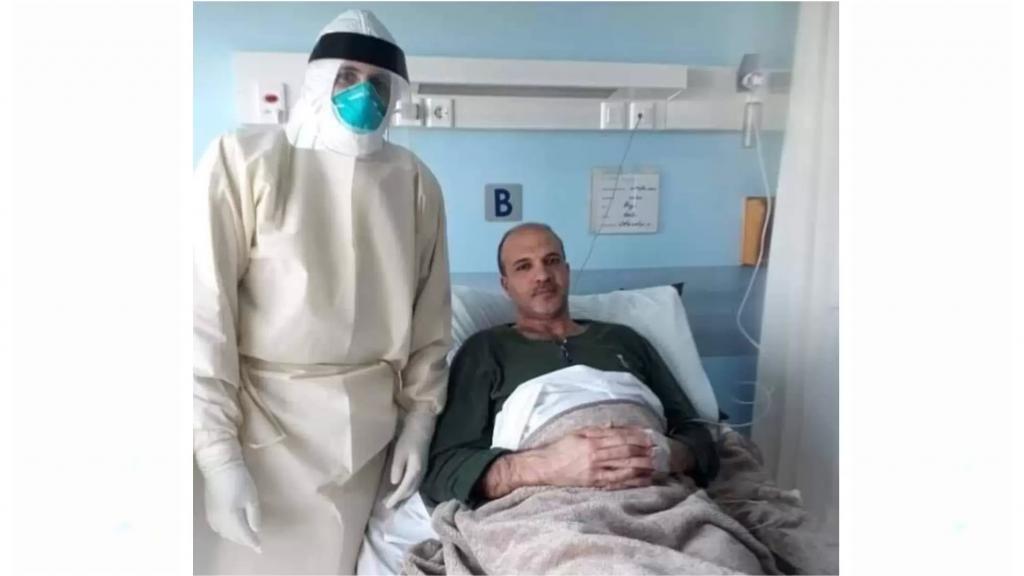 """صورة متداولة لوزير الصحة حمد حسن من داخل المستشفى أثناء تلقيه العلاج بعد إعلان إصابته بـ """"كورونا"""" أمس"""