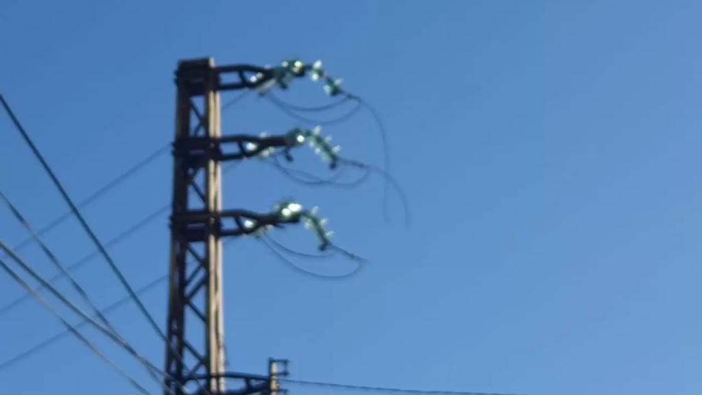 مجهولون سرقوا خطوط التوتر العالي من على أعمدتها في بلدة عين الذهب في عكار مما أدى الى إنقطاع الكهرباء عن نحو 75% من منازل البلدة