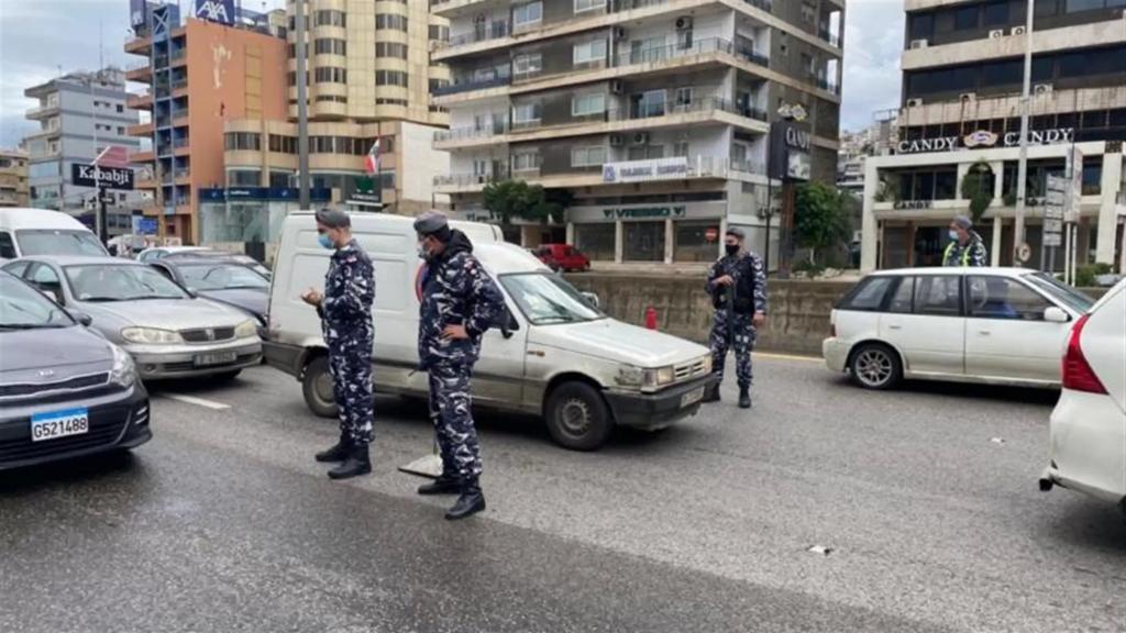 بالصّور/ حاجز لـ قوى الأمن على الطريق البحرية في جلّ الديب لضبط مخالفات قرار الإقفال العام في يومه الأوّل
