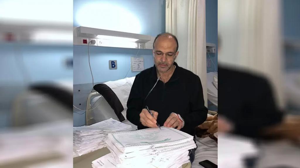 صورة متداولة لوزير الصحة حمد حسن وهو يتابع عمله داخل المستشفى حيث يمكث منذ إصابته بكورونا