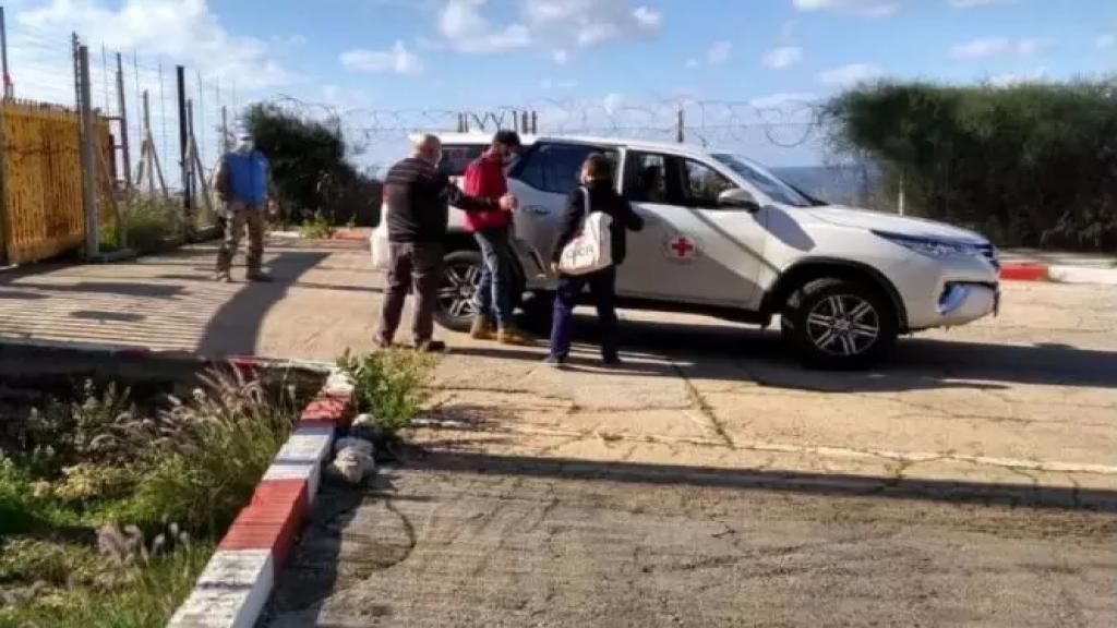 بالصورة/ الصليب الاحمر الدولي تسلم الراعي اللبناني حسن زهرة عند رأس الناقورة
