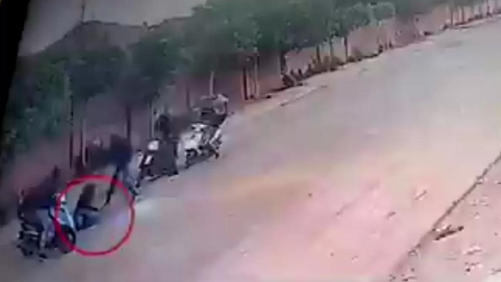 """بالفيديو/ عصابة مسلّحة تنفذ عمليات سلب  في وضح النهار.. و""""المعلومات"""" توقف الرأس المدبر للعصابة بعد اشتباك!"""