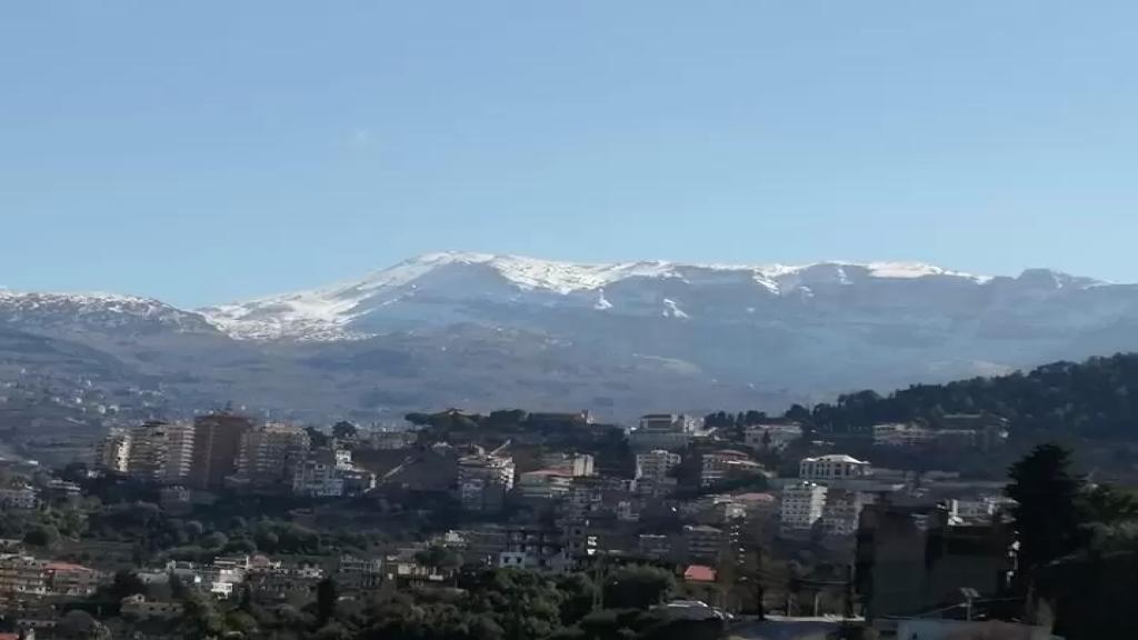 للمرة الأولى هذا العام.. الثلوج تغطي مرتفعات جبل الأربعين في الضنية