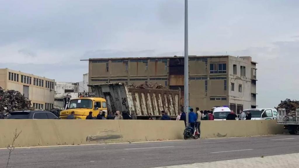 مأساة على أوتوستراد البداوي الدولي..دهسته شاحنة نقل كبيرة وهو يعبر الأوتوستراد على متن دراجته النارية