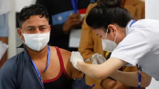 عامل نظافة في الهند أول شخص يتلقى لقاح كورونا في أكبر حملات التطعيم بالعالم