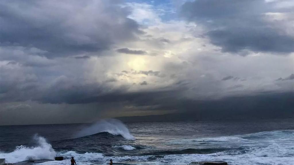 بعد الهدنة الجوية...أمطار غزيرة مترافقة مع عواصف رعدية وتحذير من إنجراف التربة وتطاير اللوحات الإعلانية وإرتفاع موج البحر