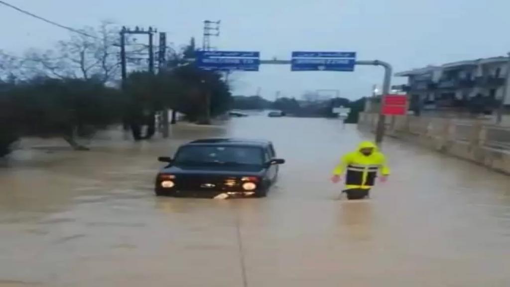إنقاذ مواطنين احتجزوا داخل سياراتهم بين بشمزين وكفرحزير بسبب السيول