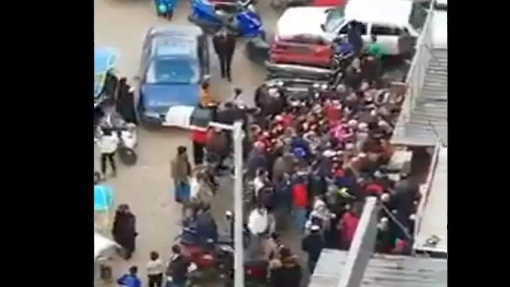 بالفيديو/ بين الفقر وكورونا...تهافت على الخضار بعد خفض أسعارها في طرابلس!