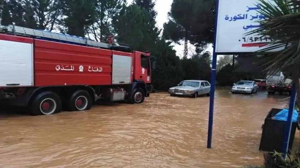 إنقاذ مواطنين احتجزوا داخل سياراتهم في بشمزين بسبب تبرك المياه جراء غزارة المتساقطات