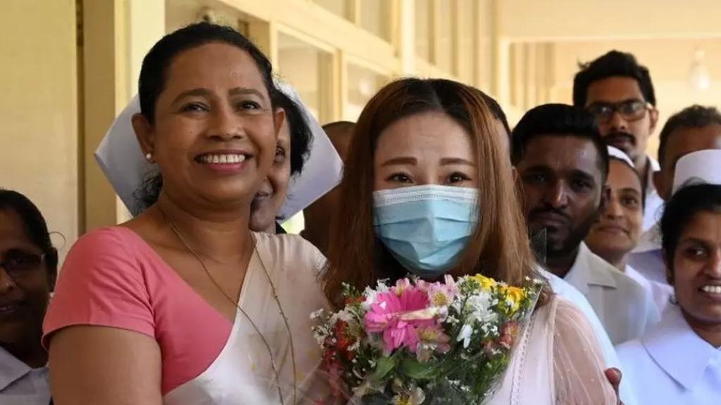 """""""المركَّب السحري"""" لم ينفعها...وزيرة الصحة السريلانكية تصاب بكورونا بعد أن روَّجت لمحلول أنتجه """"ساحر"""""""