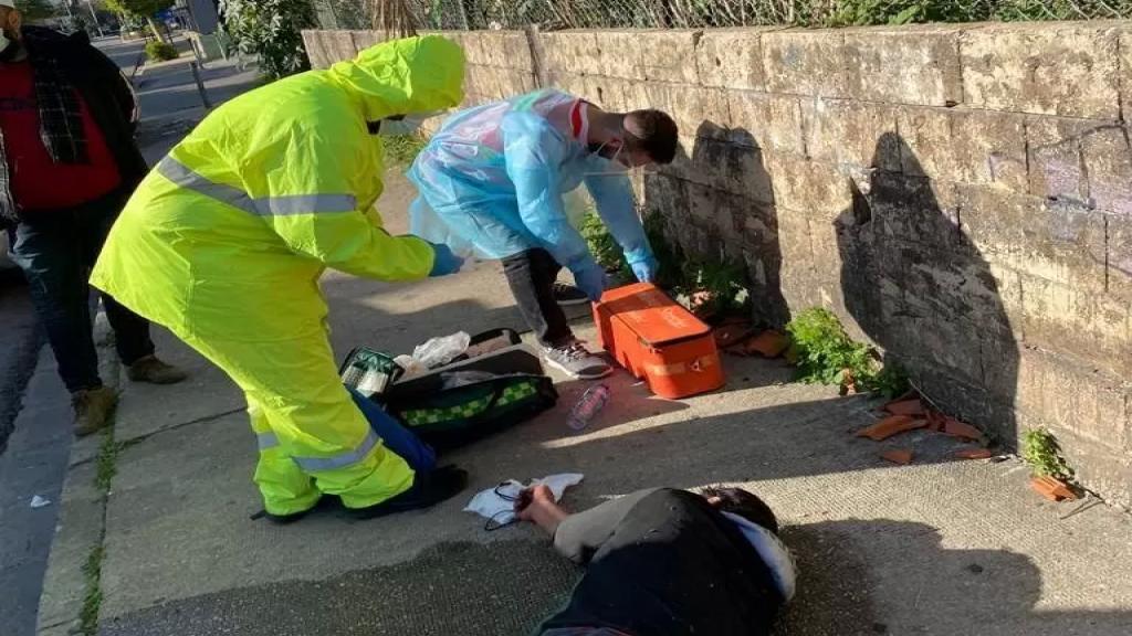 بالصور/أحد الأشخاص سقط على الأرض إثر إصابته بعارض صحي مفاجئ في صيدا.. وفريق كورونا يتدخل