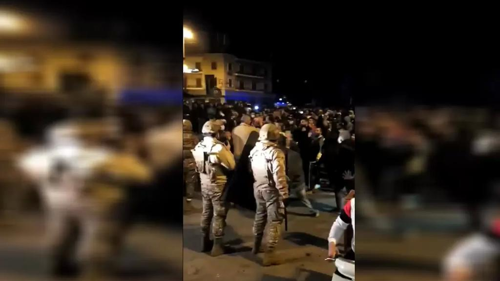 """بالفيديو/ محتجون في طرابلس يهتفون """"الشعب والجيش ايد وحدة"""""""