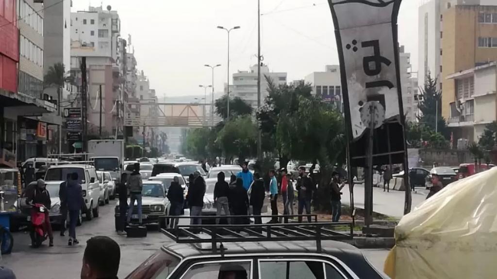 """بالصور/ إحتجاجات طرابلسية يومية ضد الإقفال العام.. قطع طرق وإعادة فتح لبعض المحال في ما يشبه """"العصيان"""""""